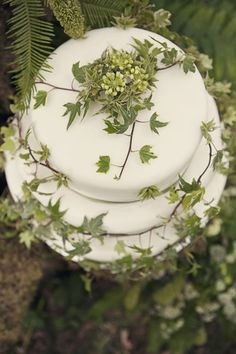 ~NatuRaList caKe ~*    ... Cakes Pagan Wicca:  An ivy handfasting cake.