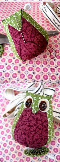 Buongiorno, oggi vi segnalo alcuni tutorial con cartamodelli molto semplici per fare dei bellissimi fermaporta (o pupazzi) di stoffa. Felt Crafts, Fabric Crafts, Sewing Crafts, Crochet Projects, Sewing Projects, Owl Ornament, Applique Fabric, Owl Patterns, Sock Animals