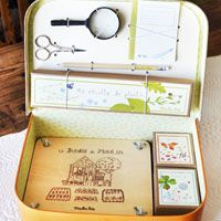 Botanist Case What a great gift - Maybe could diy? Kit includes a pencil, small scissors, magnifying glass, small notebook, flower press and three collection boxes Diy Wall Shelves, Floating Shelves Diy, Plant Press, Galaxy Bath Bombs, Science Tools, Science Art, Mason Jar Lighting, Nature Study, Wine Bottle Crafts