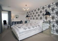 Chambre à Coucher Avec Un Papier Peint Baroque Et Un Grand Lit Moderne,  Deux Lampes