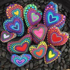 bunte herzen auf steinen per hand malen