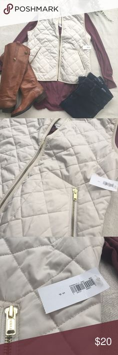 ⚡️FLASH SALE⚡️🌿Womens Puffer Vest Womens Puffer Vest• Ivory • NWT• MAKE AN OFFER 🤗 Old Navy Jackets & Coats Vests