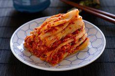 """Haben Sie schon mal Kimchi probiert – das koreanische Nationalgericht aus Kohl, das vor Vitaminen nur so strotzt, gesund und glücklich macht? Traditionell wird der Kohl im September zubereitet und fermentiert, um sich auf die kalten Wintermonate vorzubereiten. Was hinter dem Superfood steckt und wie man den gesunden Kohl zubereitet, lesen Sie in unserer Kolumne """"Friederikes Weltspeisen""""."""