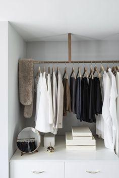 döljer ett luxuöst master bedroom utöver det vanliga – kika in! Exposed Closet, Room Closet, Closet Space, Wardrobe Storage, Apartment Furniture, Closet Designs, Modern, Master Bedroom, Open Closets