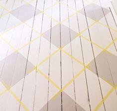 ℳÅLA ᎶOLVET ℛUTIGT! {Del 7} När färgen har torkat är det dags att ta itu med andra hälften av rutorna. Följ de redan utmålade blyertsstrecken och tejpa på nytt. Upprepa sedan samma procedur som sist: Försegla tejpen för att få raka linjer, måla två lager färg och dra bort tejpen försiktigt. När golvet har torkat kan du även dra bort tejpen från listerna | Gård & Torp