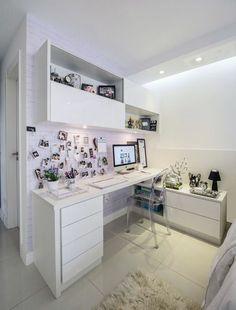 espace zen, déco chambre étudiant, chambre 9m2, meubles en blanc tapis en peluche blanc, chaise en plexiglas blanc transparent, photos suspendues aux murs, ordinateur, petite lampe de chevet avec abat-jour en noir