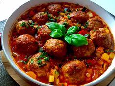 Mięsno-ryżowe klopsiki w warzywnym sosie Pyszne klopsiki w wyjątkowym sosie. Bardzo sycące, aromatyczne i pożywne danie, które kusi nie tylko wspaniałym smakiem ale również efektownym, kolorowym wyglądem. Klopsiki robi się dość szybko, łatwo się formuje i nie rozpadają się podczas smażenia. Masa mięsno-ryżowa, przypomina trochę tą na gołąbki i też dość podobnie smakuje. Polecam :)) … Catering, Recipies, Spaghetti, Pork, Food And Drink, Menu, Cooking Recipes, Tasty, Favorite Recipes