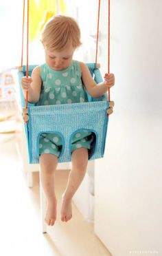 crédit photo pinjacolada! Pinja du blog pinjacolada est finnoise et a fabriqué pour sa fille une balançoire : parfaite pour l'intérieur et les petits enfants (de 1 à 3 ans), vous pourrez la réaliser avec du joli tissu ! Instructions Vous aurez besoin de tissu bien solides (2 morceaux de 98 x 30 xm et 2 de 106 x 30 cm), 4,3 mètres de biais pré-pliés, une planche de bois de 28 cm de côté et 4 mm d'épaisseur, 2 cordes de nylon de 5 mm d'épaisseur au moins et mesurant 2,5 à 4 mètres et de 4 ...