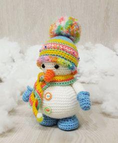 Crochet snowman amigurumi pattern – Amigurumi Today: Here is another gift idea for Christmas – cute snowman amigurumi dressed in bright striped winter hat and mittens. The amigurumi pattern is FREE! Crochet Gratis, Crochet Amigurumi Free Patterns, Cute Crochet, Crochet Dolls, Easy Crochet, Amigurumi Minta, Crochet Beanie, Beautiful Crochet, Bandeau Crochet