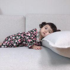 "@jinmiran_ on Instagram: ""하원하고 노곤노곤😊 요즘 일찍 재우려고 노력하는데 꿀팁좀 알려주세요🙏🏻"" Cute Little Baby Girl, Cute Baby Girl Pictures, Little Babies, Baby Photos, Baby Kids, Funny Pictures, Cute Asian Babies, Korean Babies, Asian Kids"