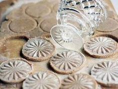 Glass stamp imprint on shortbread biscuits or cookies. I have used crystal glasses on my shortbread and is a great idea for making a fancy print! Galletas Cookies, Shortbread Cookies, Cake Cookies, Cupcakes, Sugar Cookies, Cookie Bars, Cookie Dough, Cookie Cutters, Cookie Recipes
