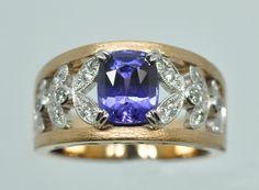 Bague saphir à changement de couleur. Monture or blanc et or rose et diamants.