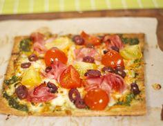 Pizza au jambon et aux deux tomates | Saladexpress.ca Hawaiian Pizza, Vegetable Pizza, Vegetables, Food, Ham, Tomatoes, Fruit Benefits, Fruits And Veggies, Greedy People