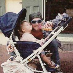 Kurt Cobain and his daughter Frances Bean Cobain. Kurt Cobain Style, Kurt Cobain Photos, Nirvana Kurt Cobain, Nirvana Band, Frances Bean Cobain, Tim Burton, Metallica, Kurt And Courtney, Find My Friends