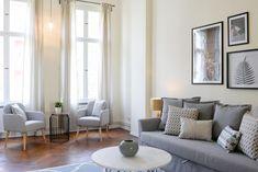 Schon Helles Wohnzimmer Mit Hoher Decke Und Möbeln Im Pastell. Gemütliche  Sitzecke Neben Fenstern. #