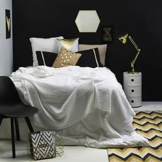 You can shop this entire bold bedroom look (along with two more bedroom styles) in our April issue. What do you guys think of the black and gold combo? Tap for credits. Styling by @nesdesign. #yourhomeandgarden