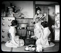 Original Japanese photos of Geishas wearing traditional costumes, 1890s-1900s (30+ photos)  buff.ly/2qVpFyl