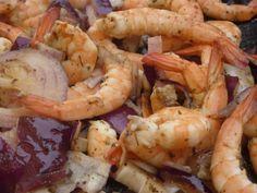 Crevettes oignons rouges à la plancha – Idéal pour l'apéro Shrimp, Meat, Food, Planks, Onions, Red, Sea Shells, Projects, Essen