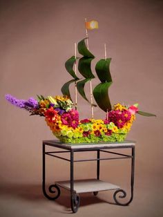 Food art and floral design Unique Flower Arrangements, Ikebana Flower Arrangement, Unique Flowers, Amazing Flowers, Flower Vases, Fresh Flowers, Deco Floral, Arte Floral, Floral Design