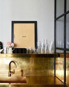 Jenna Lyons Home in New York by Meyer Davis kitchen brass countertop backsplash Kitchen On A Budget, Home Decor Kitchen, Interior Design Kitchen, Decorating Kitchen, Home Design, Design Ideas, Countertop Backsplash, Kitchen Countertops, Kitchens