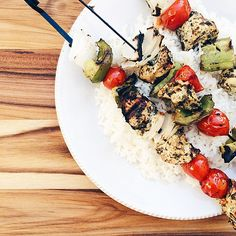 |Pesto Chicken Kabobs| Marinate cubed chicken in pesto for 30min, then skewer with cherry tomatoes, green pepper & white onion. Serve with basmati rice. So flavorful & grills up quick!  #megarecipes IG| @megawat
