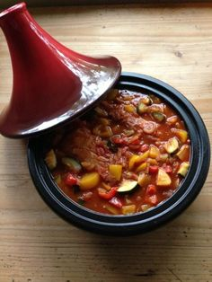 Tajine gevuld met heerlijkheden is een lekker recept en bevat de volgende ingrediënten: 2 varkenshaasjes, 1 gele paprika, 1 rode paprika, 3 sjalotten, 1 courgette, 1 Spaans pepertje, 1 bol knoflook*, 1 half blik perziken op sap, paprikapoeder (pittig), tajinekruiden, gemalen zeezout, rode wijn, bouillon, blikje tomaten puree, vloeibare bakboter, scheut olijfolie