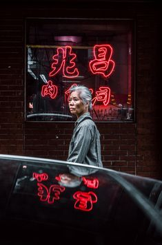 Just another day roaming the streets of Chinatown, looking for inspiration and a car parked right in front of this shop. I saw the reflection the sign did on top of the car so I approached the car and waited for the perfect subject.. Download this photo by Justin Peralta on Unsplash Marilyn Monroe, Nyc Instagram, Visit New York City, Portrait Pictures, Portraits, People Sitting, Woman Standing, Trends, Chinese Culture