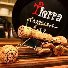 本日出勤しております٩( ᐛ )و 今回はなかなか本気だして作った! けっこう楽しくてハマりそう(*´∇`*)  #バイク #コルクアート #コルク #シャンパン #ワイン #手芸 #工作 #cork #corkart #wine #champagne #sparklingwine #art