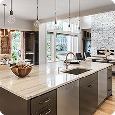 Home staging services have become mainstream and are no longer reserved for million-dollar listings. What you can expect in a home staging consultation? Inexpensive Kitchen Cabinets, Kitchen Fixtures, Design Case, Home Staging, Kitchen Countertops, Granite Countertop, Kitchen Lighting, Home Improvement, Sweet Home