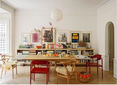 Accumulation de cadres et chaises colorées dans la salle à manger