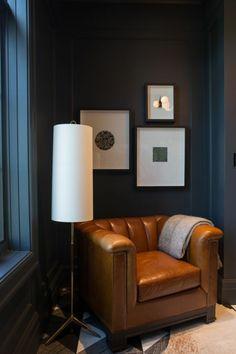 nuance de bleu pour un coin de repos avec grand fauteuil en couleur caramel large et profond pièce avec un plafond haut