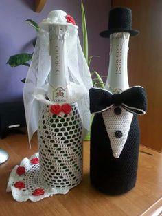 Ubranko na butelkę Crochet Crafts, Crochet Doilies, Crochet Toys, Crochet Projects, Crochet Jar Covers, Crochet Plant Hanger, Wedding Wine Bottles, Christmas Wine Bottles, Crochet Bikini Pattern