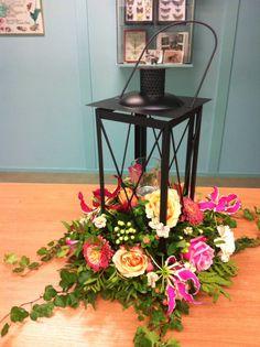 Zomerlantaarn workshop met oa rozen gerbera en gloriosa. www.ineke.info voor de leukste bloemenworkshops.