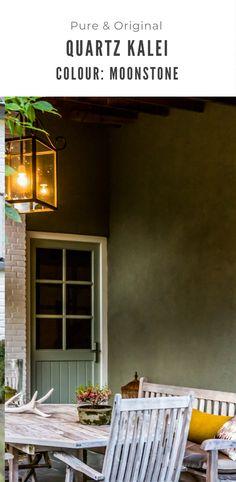 Heerlijk beschut buiten zijn onder de overkapping. Wanden in de Kalei kleur Moonstone. Facade, Garage Doors, Pure Products, The Originals, Outdoor Decor, Projects, Painting, Color, Home Decor