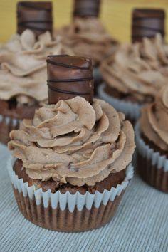 Hallo Ihr Lieben! Ich kombiniere gerne meine liebsten Süßigkeiten mit Muffins. Kuchen oder Cupcakes. So ist auch meine neuste Leckerei entstanden: Bueno-Cupcakes. Eine perfekte Kombination von einem Schokoladenmuffin und einer Buttercreme mit kleingehackten Buenos und Nutella. Einfach lecker und total schokoladig!  Alles Liebe, Carina ♥