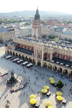 Cracovie, une agréable découverte : une ville jolie, chaleureuse et très peu chère (selon le barème du prix moyen d'une pinte dans le monde !) Destinations, Krakow, Eastern Europe, Coups, San Francisco Ferry, Places To Travel, Paris Skyline, Dolores Park, Country
