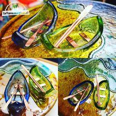 Parte de la colección de fin de año preparándose para zarpar!! 🚣🏻♂️ #hechoamano con mucho ❤️#vidrioreciclado #vitrofusion #artesania #artesaniaenvidrio #comerciojusto #navidad2017 Glass Bottles, Parts Of The Mass, Atelier, Studio, Hand Made