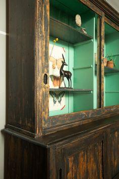 Binnenkant vitrinekast in Arsenic geschilderd