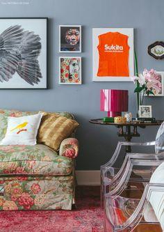 08-decoracao-sofa-flores-mesa-quadros