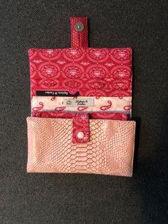 Compagnon Complice en simili croco rose et coton rouge cousu par Stephanie - Patron Sacôtin