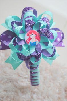 Tiara trançada com fita glitter  loop flower grande com bottom personalizado da Ariel R$ 30,00