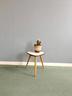 Mid Century Blumenhocker Vintage Pflanzenständer Dreibein Mid Century, Interior, Table, Furniture, Etsy, Home Decor, Vintage Side Tables, Kidney Table, Dekoration