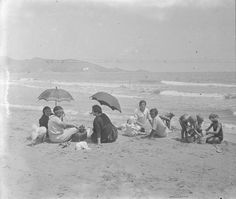 Familia en la playa de Cullera, entre 1919-1927. Fotografía de Francisco Roglá López, (1894-1936). Colección de Colección de fotografías de Cullera II. Donación Familia Roglá