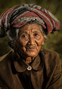 Dadong Linggsir by Jeffri Jaffar on Old Man Portrait, Female Portrait, Some Beautiful Pictures, Beautiful People, Cultura Judaica, Headshot Photography, Photography Women, Old Faces, People Of Interest
