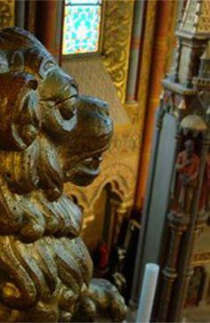 В центре Будапешта в Венгрии есть образец классического стиля в выборе мебели и в антураже Lion Sculpture, Statue, Sculptures, Sculpture