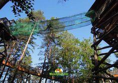 Empfehlen können wir Ihnen, dass Sie mit den Kindern gemeinsam den Baumwipfelweg erklimmen. Wandern Sie immer weiter hoch, über 25 Türme auf bis zu 28 Meter Höhe! Wer genügend Mut hat, kann auch so manche Abkürzungen mit Herausforderungen meistern.  Die Baumwipfel sind zum Greifen nahe und die Aussicht über Südkärnten mit den Seen und Bergen einfach phantastisch! Seen, Fair Grounds, Travel, Simple, Challenges, Hiking, Woodland Forest, Viajes, Destinations