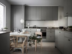 Emma Fisher just recently styled this beautiful kitchen from Nordiska Kök and I love the dark and moody look combined with the light wood and white table in the middle. I like the layout of the kitchen as well, which … Continue reading → Nordic Kitchen, Scandinavian Kitchen, Home Decor Kitchen, Kitchen Furniture, Kitchen Interior, New Kitchen, Kitchen Dining, Skandi Kitchen, Kitchen Nook