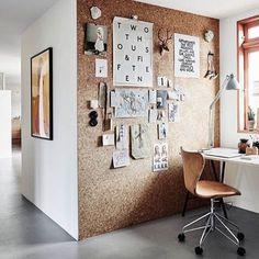 KURK wand - ideaal om op je werkkamer een wand te behangen met kurk. Kurk heeft een warme kleur en een natuurlijke uitstraling. Voor meer rust op je werkplek. #kurkwand #kurk #interieur #sfeer #werkplek #kurkbehang #design