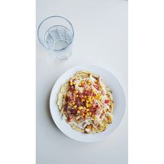 Blomkålstortilla med strimlad Kycklingfilé, bacon, paprika, tomat, gurka, ost, lök, majs samt vitlökssås, yummi  Blomkålstortillas: Börja med att smula ett blomkålshuvud i en matberedare tills det liknar couscous! Lägg sedan allt i en tallrik och mikra i cirka 2 minuter! Lägg sedan blomkålen i en tunn handduk eller en duk och krama ut vattnet! Lägg i en skål och blanda med 2 ägg, salt, peppar samt persilja om du vill! Forma till 2 stora tortillas på ett bakplåtspapper och grädda i 200 grader…