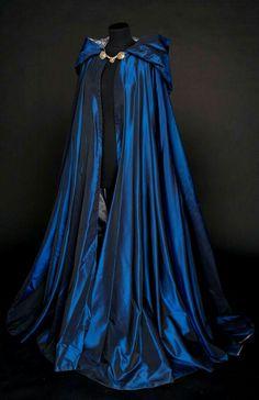 Looks like a Ravenclaw cloak 😍 Medieval Dress, Medieval Clothing, Medieval Costume, Medieval Outfits, Renaissance Fair Costume, Steampunk Clothing, Pretty Dresses, Beautiful Dresses, Beautiful Beautiful